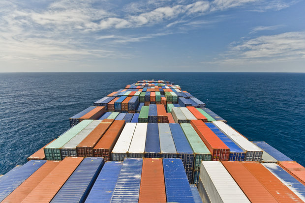 large-container-vessel-ship-and-horizon