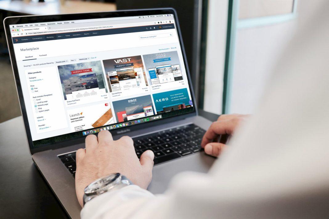 hombre navegando por web en portatil
