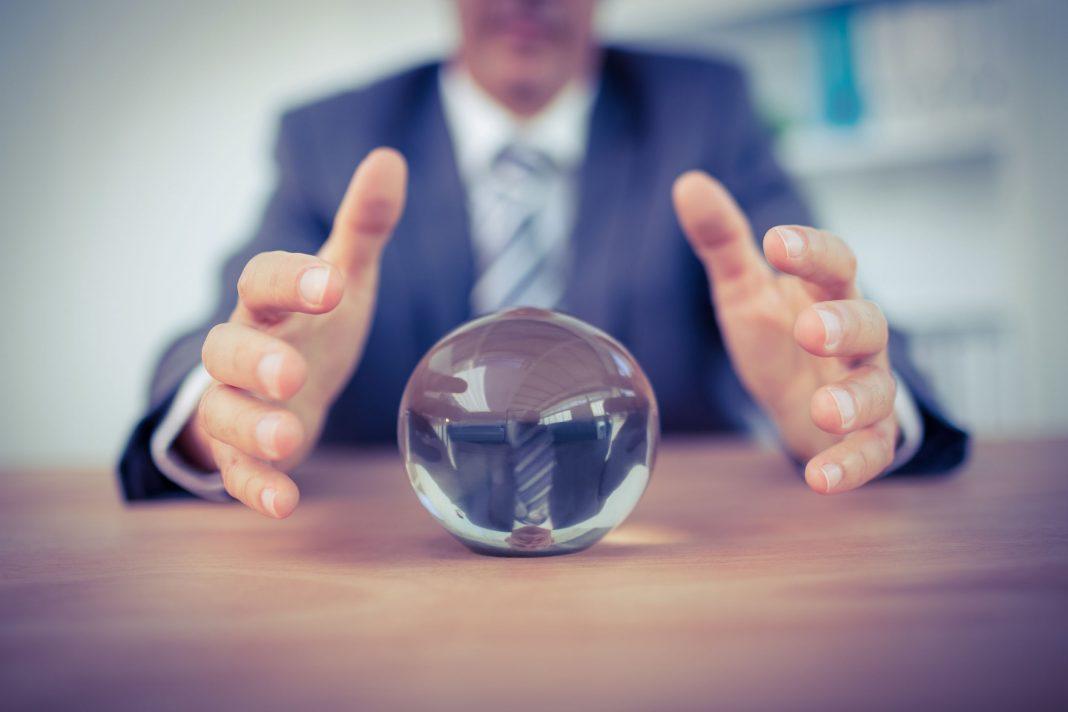 Empresario con bola de cristal