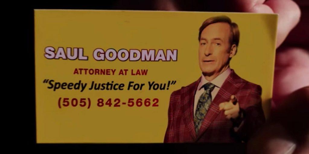 """Imagen con el Anuncio de Saul Goodman. Texto en primera línea de Saul Goodman, blanco, grande, en mayúsculas y en negrita. Segunda línea, Attorney at law, en mayúsculas más pequeño y en rojo. Debajo, """"Speedy Justice for you!"""" En verde y minúsculas pero más grande. Última línea (505) 842-5662"""