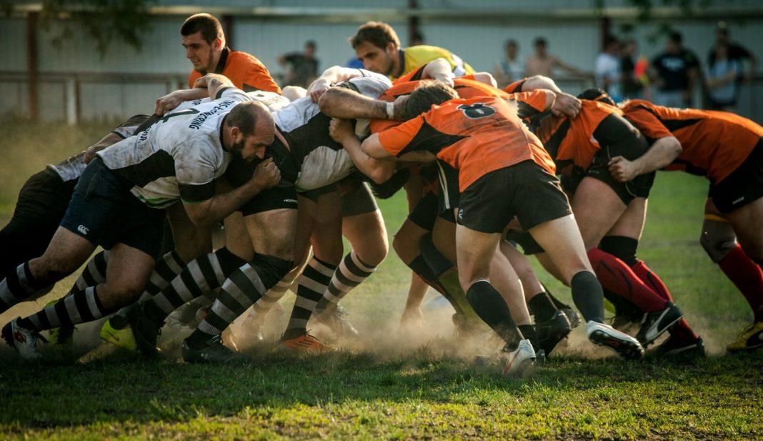 muestra una melé de jugadores de rugby